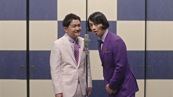 漫才コンビに扮する千鳥ノブ(左)と斎藤工。