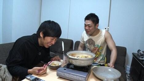 吉本新喜劇座員の生活を調査する藤崎マーケット・トキ(左)。(c)MBS
