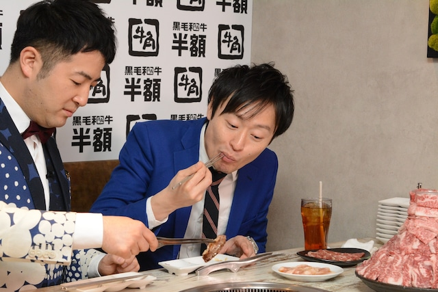 水田が焼いた肉を食べる和牛・川西(右)。
