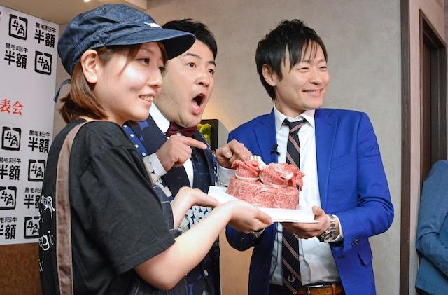 「お祝い肉ケーキ」や牛角の店員と記念撮影をする和牛。