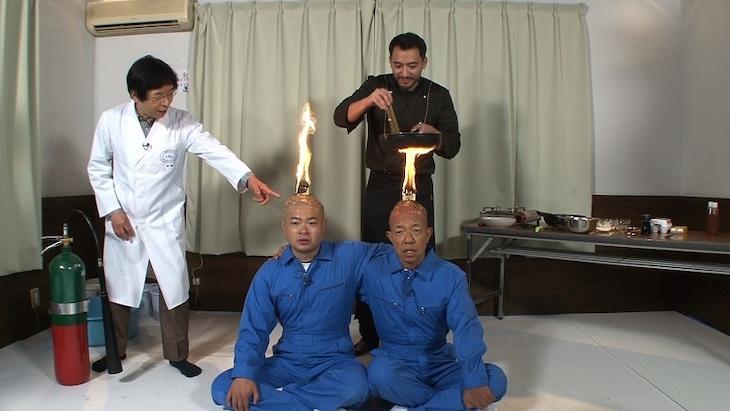 米村でんじろう(左端)の実験に身体を張って挑む、(手前左から)あばれる君、バイきんぐ小峠。(c)フジテレビ