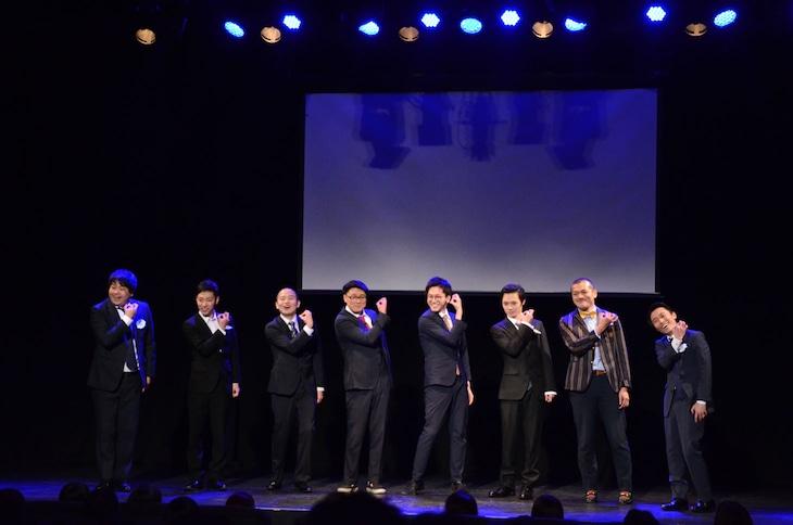 「EIGHT! EIGHT! ALL!」の決めポーズを取るわらふぢなるお、ゾフィー、東京ホテイソン、カミナリ。