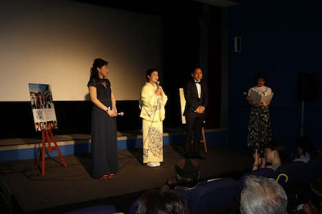 映画「凜」舞台挨拶の様子。