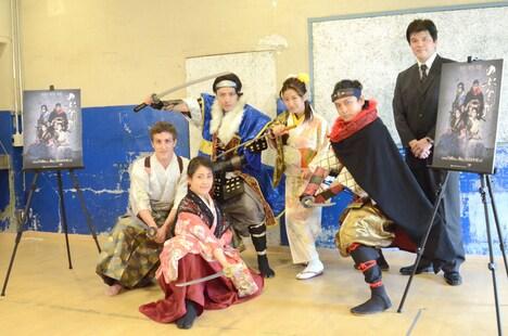 「のぶなが」に出演する(左から)チャド・マレーン、南園みちな、田中尚樹、福本愛菜、ミサイルマン岩部。右が作・演出の坂田大地。