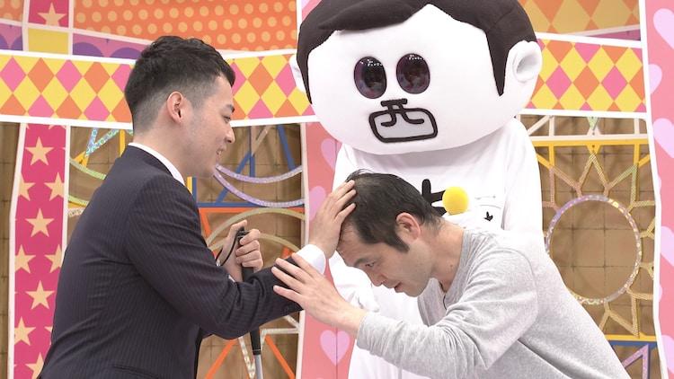 「前略、西東さん」で濱田祐太郎が、ロビンフットおぐの頭がどれくらいハゲてるか確かめる場面。(c)中京テレビ