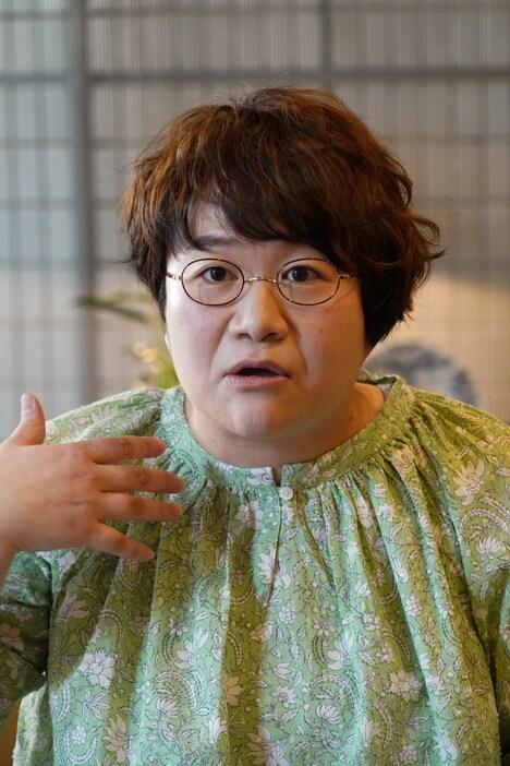 主婦・伊沢里穂を演じるハリセンボン春菜。(c)日本テレビ