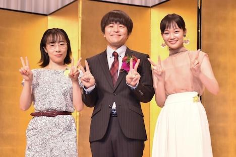 「架空OL日記」でバカリズム(中央)と共演した山田真歩(左)、佐藤玲(右)。