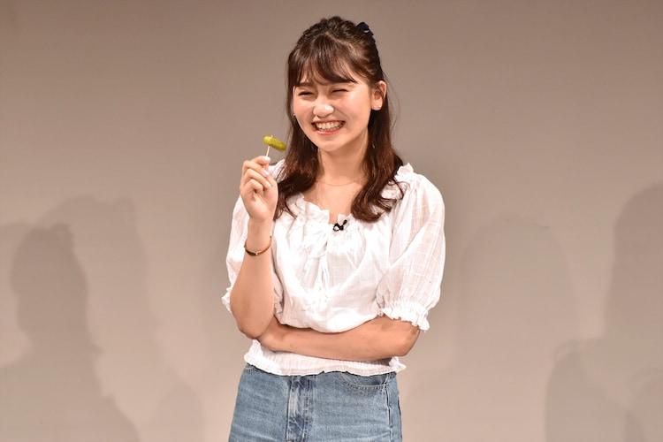 ピクルスを初めて食べる小嶋真子。