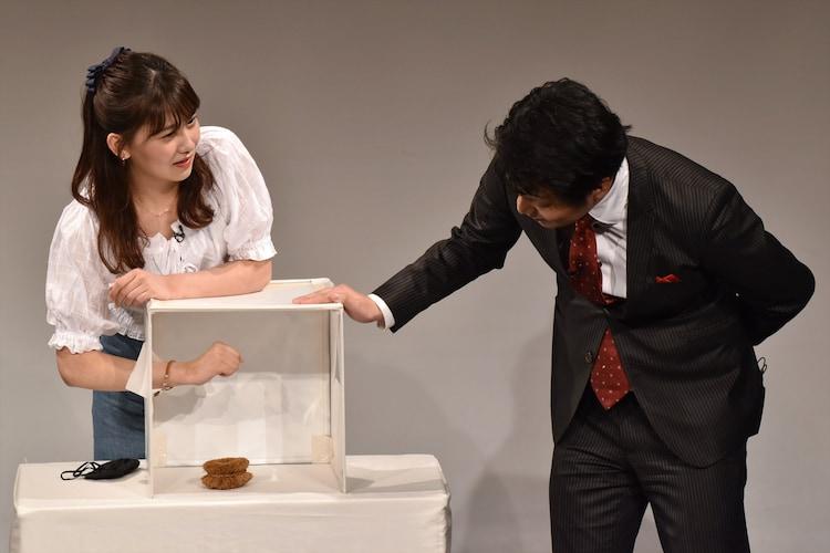 小嶋真子(左)が箱の中身のタワシを当てる場面。