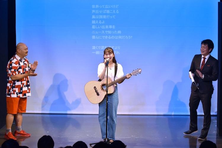 小嶋真子(中央)の歌を聞くクロちゃん(左)、ガリベンズ矢野(右)。