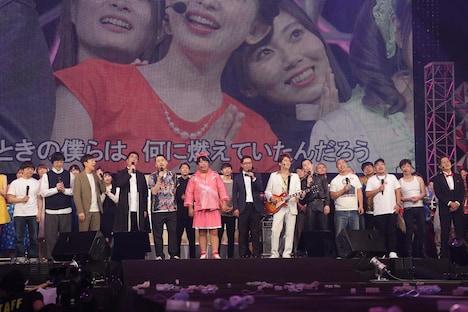 エンディングで「さくら」を歌う出演者たち。(c)テレビ東京