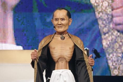 劇団ひとり扮する鶴ちゃん。(c)テレビ東京