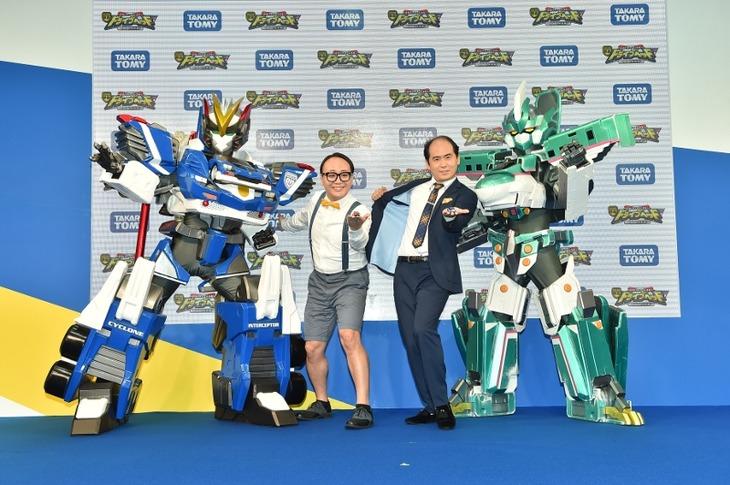 「東京おもちゃショー2018」内の「映画ドライブヘッド~トミカハイパーレスキュー 機動救急警察~」ステージに登場したトレンディエンジェル。