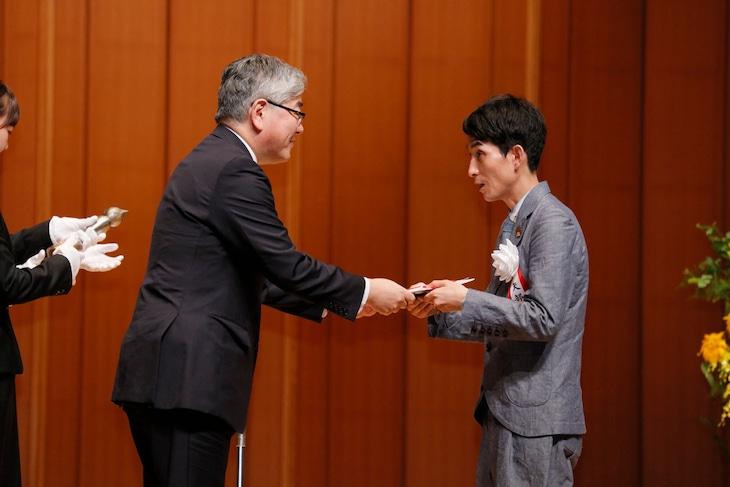 「第22回 手塚治虫文化賞」贈呈式に出席したカラテカ矢部(右)。