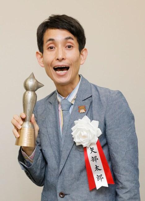 「第22回 手塚治虫文化賞」の短編賞を受賞したカラテカ矢部。