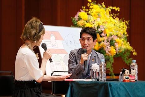 手塚るみ子(左)とトークするカラテカ矢部(右)。