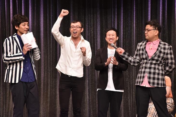 「よしもとオススメ芸人2018お披露目会」に出演するジョイマンと、とろサーモン(両端)。