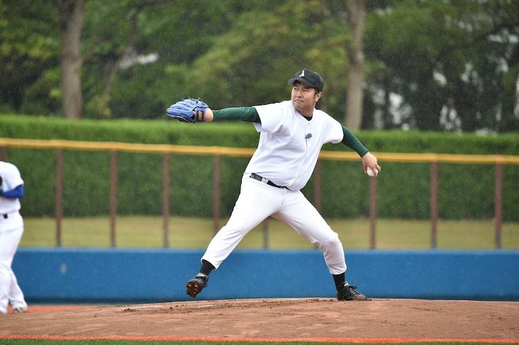 「ビートたけしのスポーツ大将 2時間スペシャル」で元プロ野球選手の打者と対戦する、とにかく明るい安村。(c)テレビ朝日