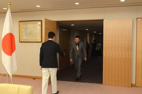 外務省大臣接見室にやって来たケンドーコバヤシ(右)を迎える河野太郎外務大臣(左)。