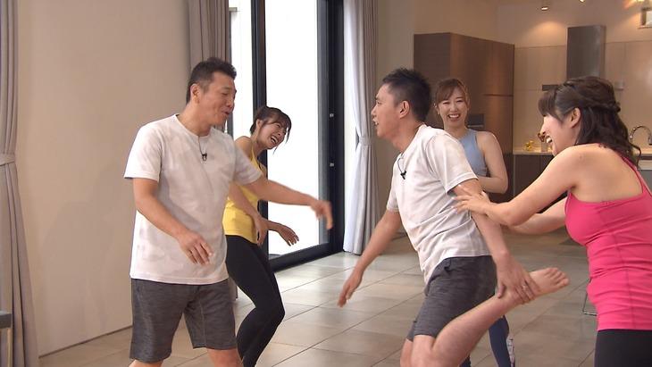 「太田上田」で女性ヨガトレーナーとのペアヨガに臨む(手前左から)くりぃむしちゅー上田、爆笑問題・太田。(c)中京テレビ