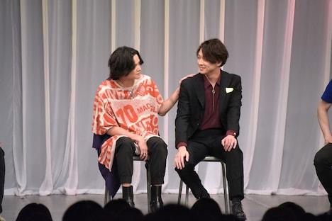仲睦まじくトークをする三浦涼介と渡部秀。