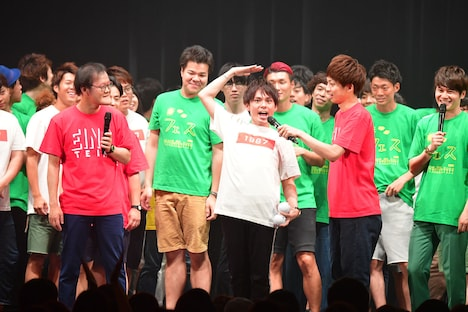 2500人を前にした祇園・木崎の「立ってコレ~!」。