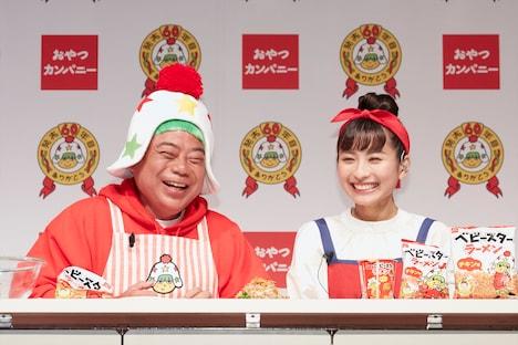 (左から)出川哲朗、栗子。