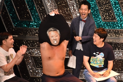Tシャツをめくり、梅宮辰夫となるロバート秋山(中央)。