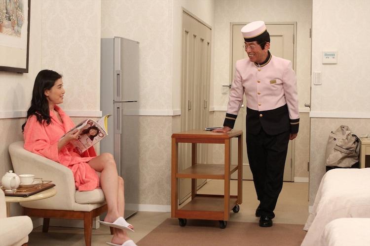 (左から)橋本マナミ、志村けん。(c)フジテレビ