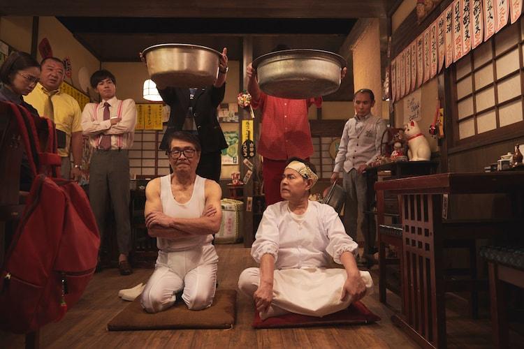 「警視庁ゼロ係 」第5話より、仲本工事と加藤茶によるタライ落としのシーン。(c)テレビ東京