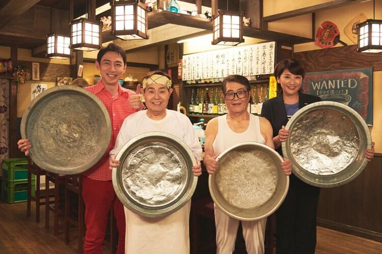 タライを持って記念撮影する(左から)小泉孝太郎、加藤茶、仲本工事、松下由樹。(c)テレビ東京