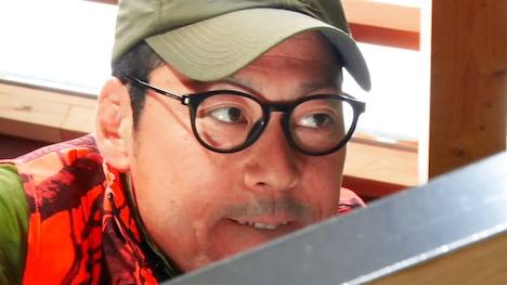 「東野、カラスを食う」より。