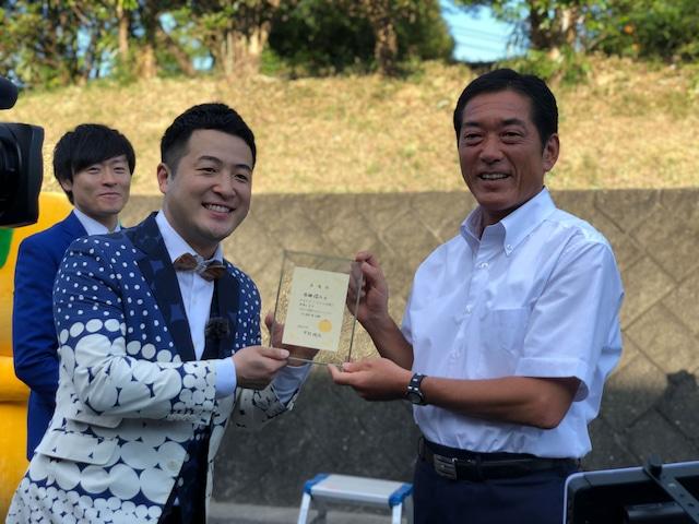 中村時広知事から伊予観光大使の委嘱状を受け取る和牛・水田(左)。