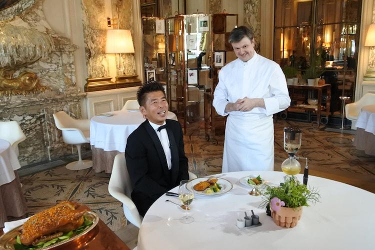 レストランでかつおぶし料理を楽しむ勝俣州和(左)。(c)SBS