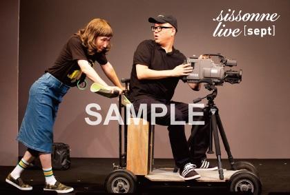 「sept」会場予約特典の「カメラマンとアシスタント」直筆コメント台詞&サイン入りポストカード。