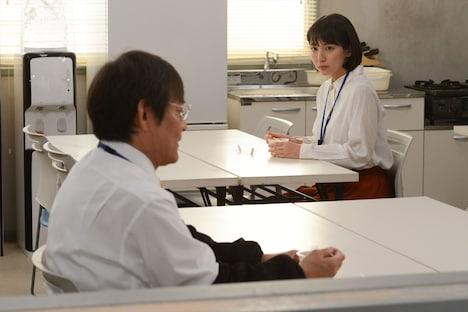(左から)内場勝則、吉岡里帆。(c)関西テレビ