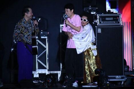 「狩りから稲作へ」の曲フリとなる新喜劇の台本を書いた小籔千豊に「コヤ兄!」と抱きつくレキシ。
