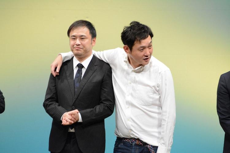 オジンオズボーン高松(左)と肩を組むマシンガンズ西堀(右)。