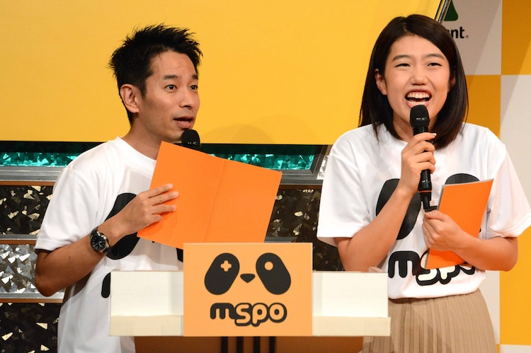 MCを務めた(左から)タケト、横澤夏子。