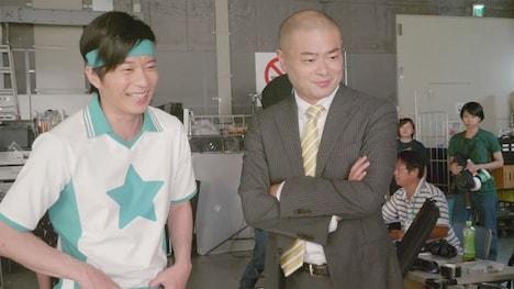 CM撮影中の田中圭(左)とあばれる君(右)。