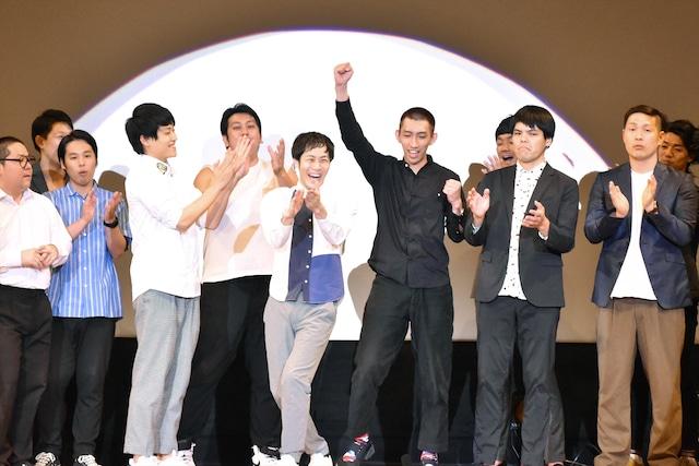 やさしいズ(中央)の優勝が発表された瞬間。