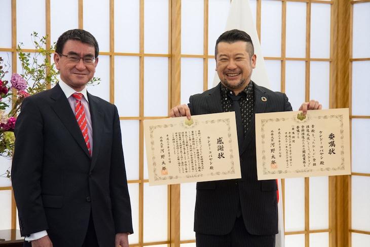 左から河野太郎外務大臣、ケンドーコバヤシ。