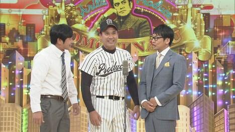 黒木知宏(中央)とトリオ漫才を繰り広げるハマカーン。(c)NHK