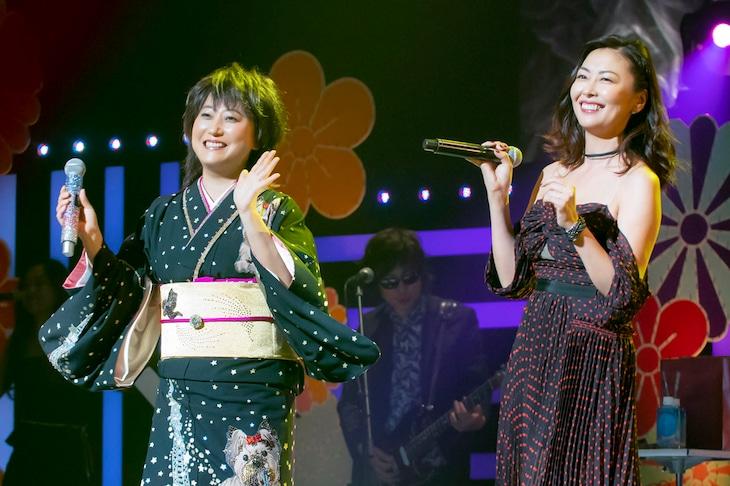 中山美穂(右)とジョインする水谷千重子(左)。