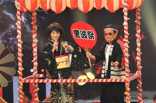 「里波祭音頭」を歌う水谷千重子(左)と八公太郎(右)。