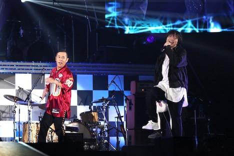 三浦大知とダンスするナインティナイン岡村(左)。