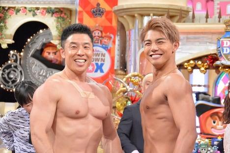 左からなかやまきんに君、武知海青。(c)読売テレビ