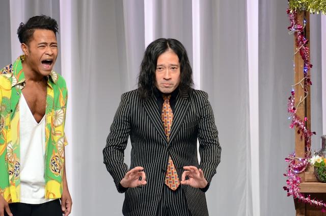 「チャラ喜劇」に参加するピース又吉(右)。