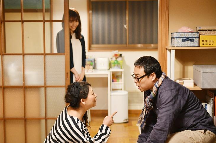 「中学聖日記」で夫婦役を演じている友近とバッファロー吾郎A(手前左から)。(c)TBS