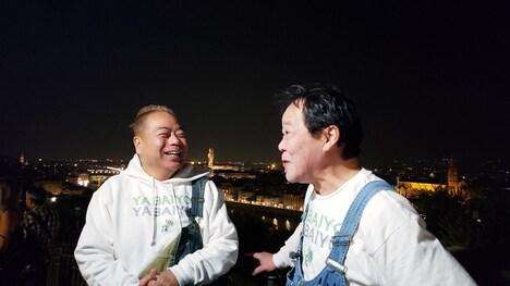 出川哲朗(左)とゲストライダーのダチョウ倶楽部・上島(右)。(c)テレビ東京